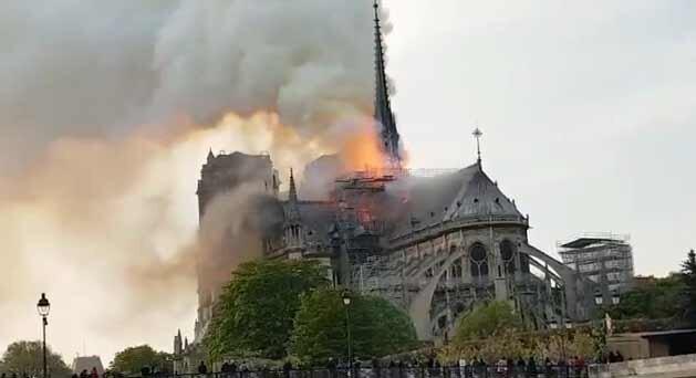 فیلمی از فروریختن برج ناقوس کلیسای قدیمی نوتردام پاریس بر اثر آتش سوزی