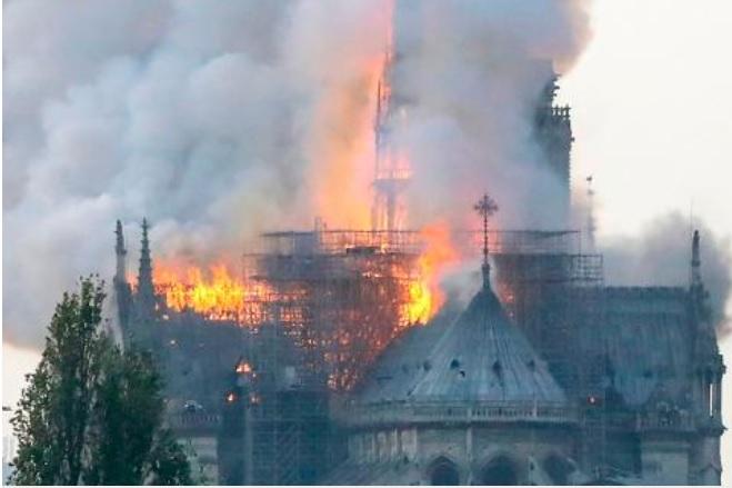فیلمی تازه از لحظه فروریختن سقف کلیسای نوتردام در پاریس