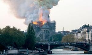 فیلمی از واکنش مردم پاریس به آتشگرفتن کلیسای نوتردام