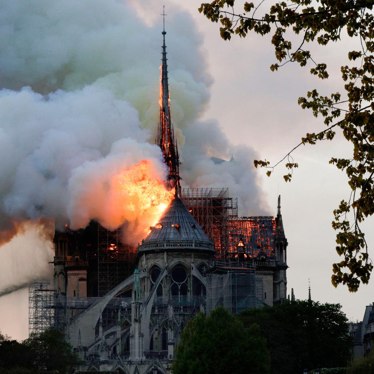 فیلمی کامل از آتش گرفتن کلیسای نوتردام پاریس