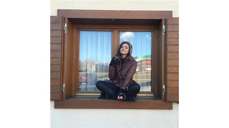 آوا دارویت بازیگر نقش فلورا در سریال ترور خاموش است.