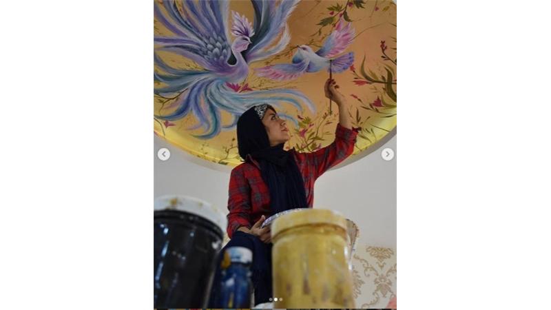 معرفی کامل و بیوگرافی فاطمه عبادی هنرمندی که در برنامه عصر جدید با شن نقاشی میکشد + گالری آثار