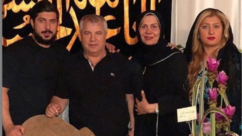 علی پروین در کنار همسر و فرزندانش