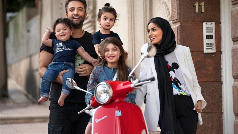 عکسی از بنیامین بهادری در کنار همسر و سه فرزندش
