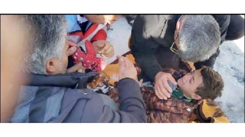 نجات معجزهآسای پسربچه بعد از 45 دقیقه دفن شدن زیر بهمن