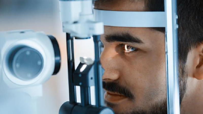 علایم تبخال چشم چیست و چگونه درمان می شود