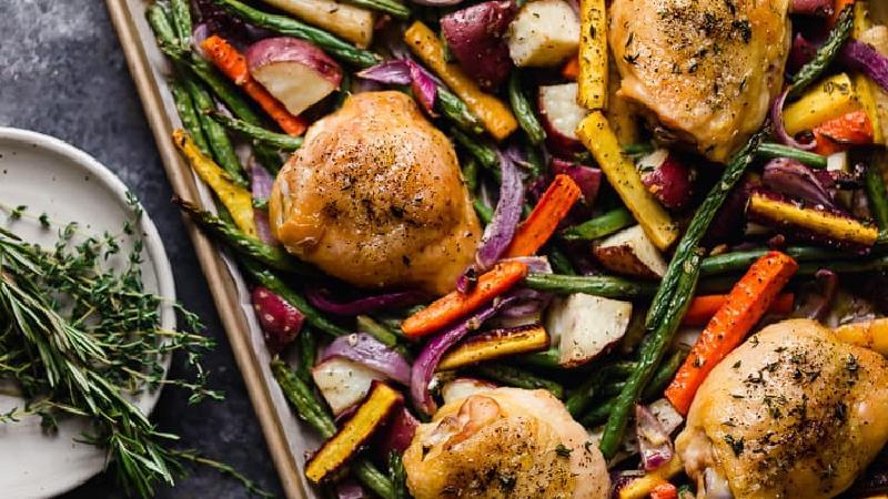 طرز تهیه مرغ با سبزیجات معطر در فر