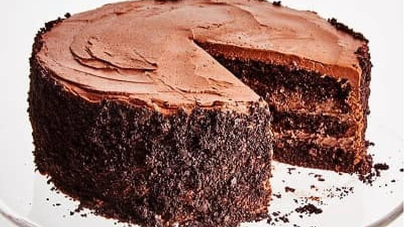 کیک شکلاتی ساده بدون شیر؛ طرز تهیه و فوت و فن ها