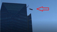 فیلمی از نجات شگفتانگیز کارگران شیشه پاککن از یک آسمانخراش